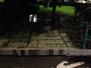 Il monumento dedicato al generale dalla Chiesa, nascosto da motorini e privo di illuminazione