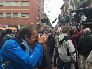 Il fotografo Benedetto De Sanctis durante la manifestazione del Primo maggio a Milano