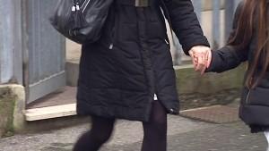 Marita Comi tiene una figlia per mano dopo una visita in carcere al papà dei bimbi