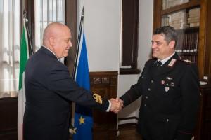 L'ammiraglio Emanuele Caruso si congratula con il Brigadiere Capo Danilo Certini