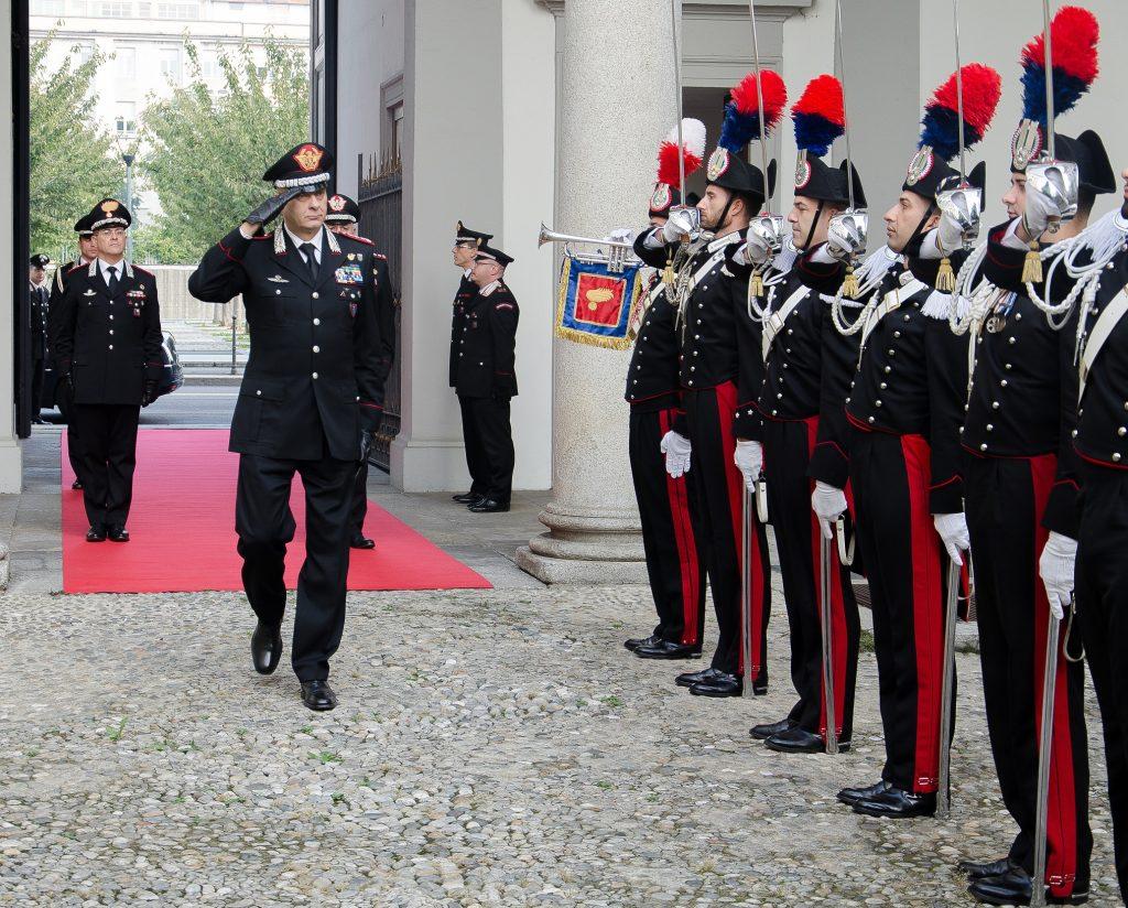 Il generale Vincenzo Coppola passa in rassegna i carabinieri schierati