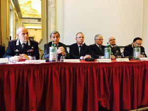 Il prefetto Alessandro Marangoni con i vertici delle Forze dell'Ordine durante un incontro con i giornalisti lombardi