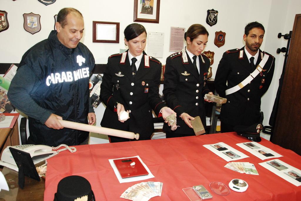 Il capitano Gerardina Corona e i suoi carabinieri mostrano la droga sequestrata